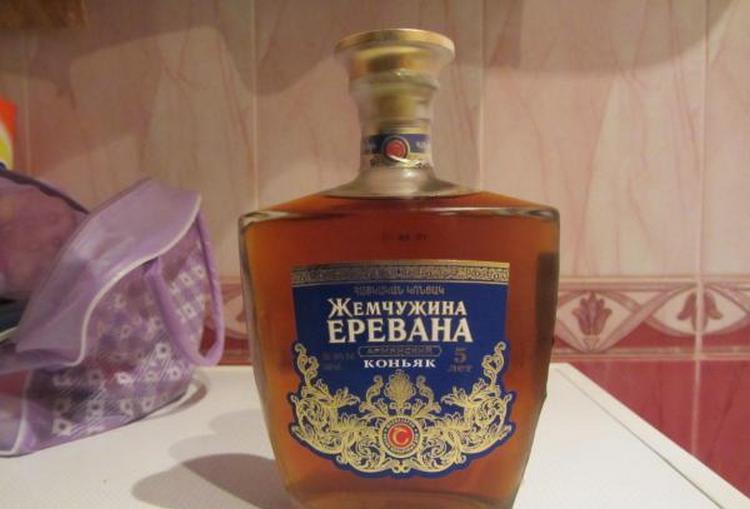 Коньяк Жемчужина Еревана 5 лет выдержки отличается янтарным цветом и нотками шоколада в аромате.