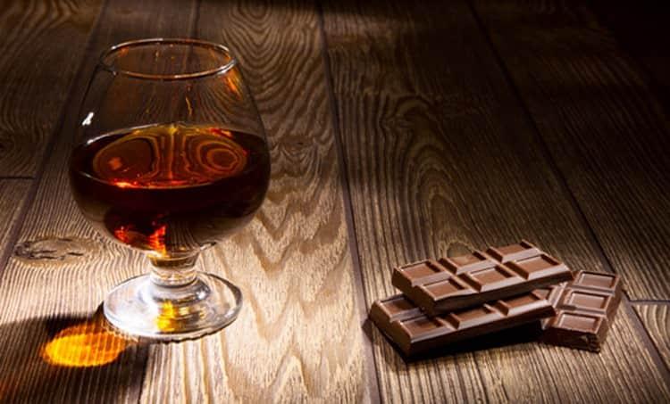 Подавать напиток можно традиционно с шоколадом.