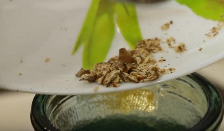 Добавляем также мускатный орех и ваниль.