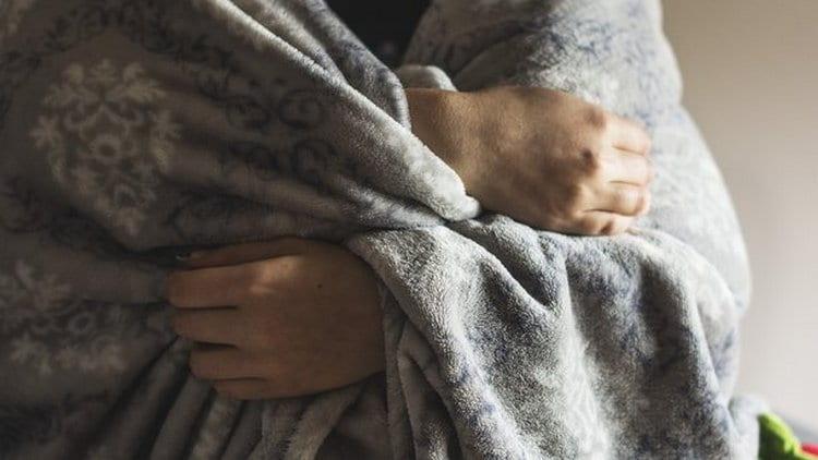 Коньяк при простуде помогает согреться и избавиться от озноба.