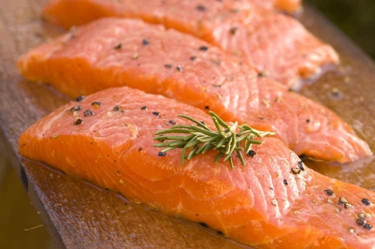 Идеальной закуской к виски lagavulin 16 лет выдержки будет слабосоленый лосось.