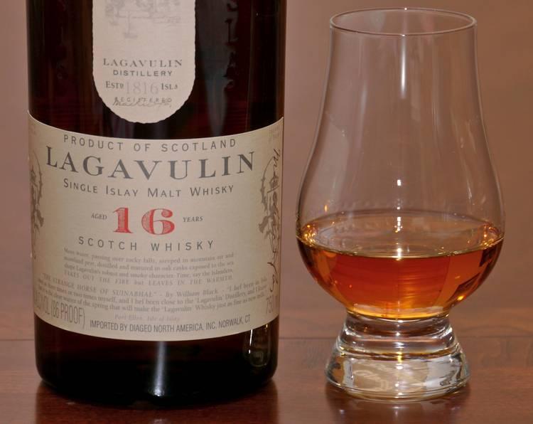 Пить виски lagavulin 16 years old лучше всего из бокалов тюльпановидной формы.