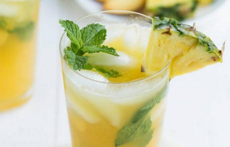Посмотрите, как приготовить ананасовый безалкогольный мохито в домашних условиях.