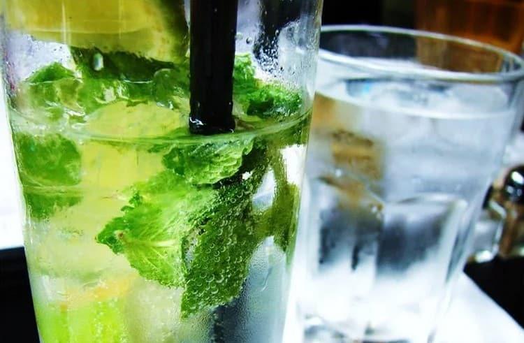 Часто в состав мохито входит также особый сироп, который позволяет приготовить коктейль еще быстрее.