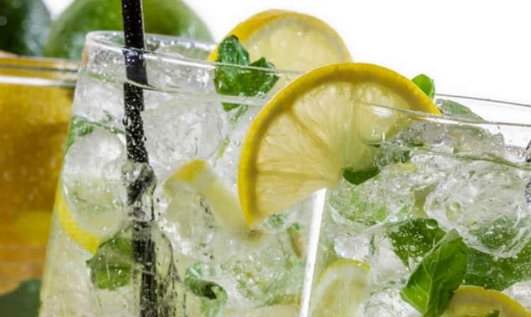 Рецепт коктейля мохито можно разнообразить также добавлением спрайта.