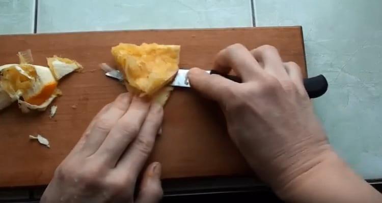Оставшуюся апельсиновую цедру очищаем от белой мякоти