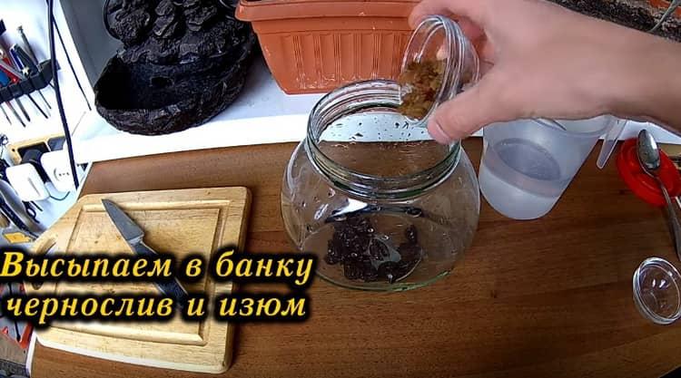 В чистую сухую литровую банку высыпаем нарезанные сушеные сливы и мытый обсушенный изюм