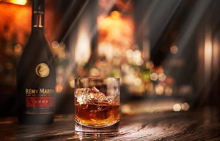 Коньяк Реми Мартин обладает богатым ароматом и вкусом, который достойно оценят как ценители и знатоки крепкого алкоголя, так и начинающие дегустаторы.