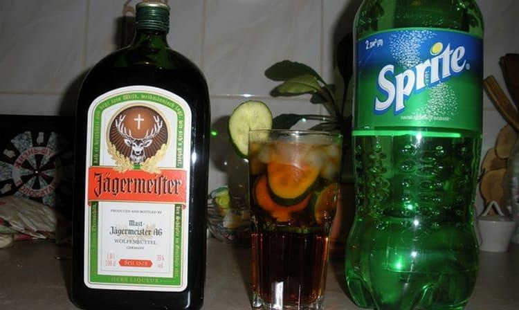 Традиционным коктейлем на основе ликера считается напиток с добавлением спрайта или колы.