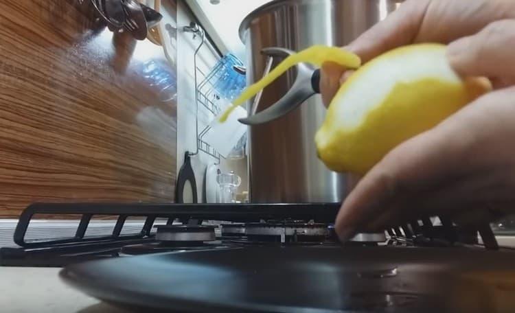 Срезаем с лимонов цедру так, чтобы на нее не попала белая кожица.