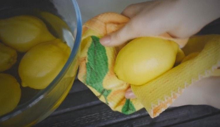Затем вытираем лимоны насухо.