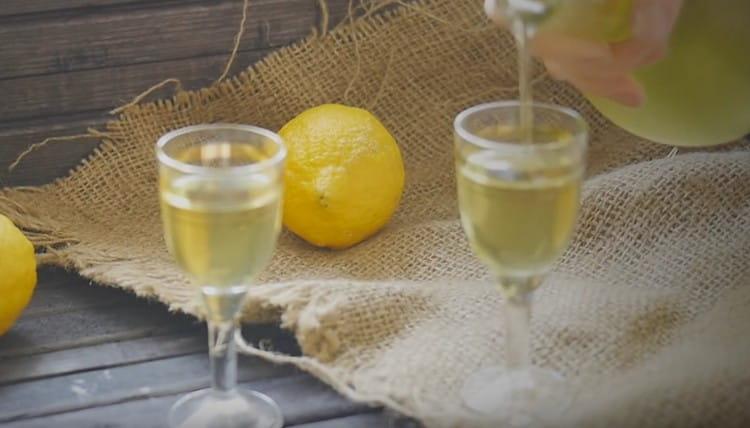 опробуйте такой простой рецепт лимончелло на водке и убедитесь в том, насколько это вкусно!