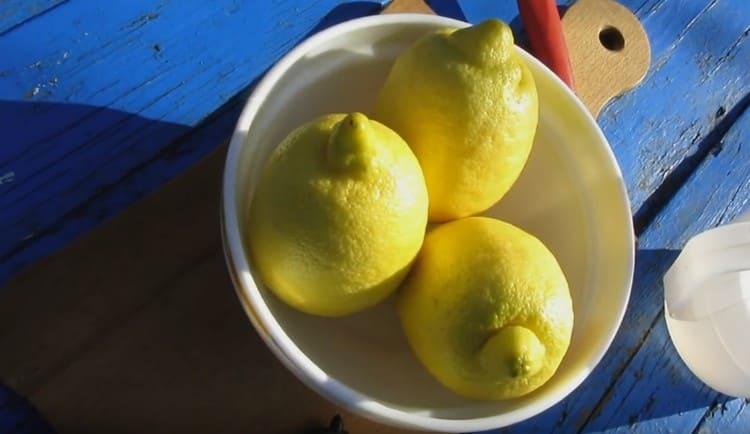 Перед тем как сделать лимончелло в домашних условиях, лимоны надо обдать кипятком и вытереть насухо.