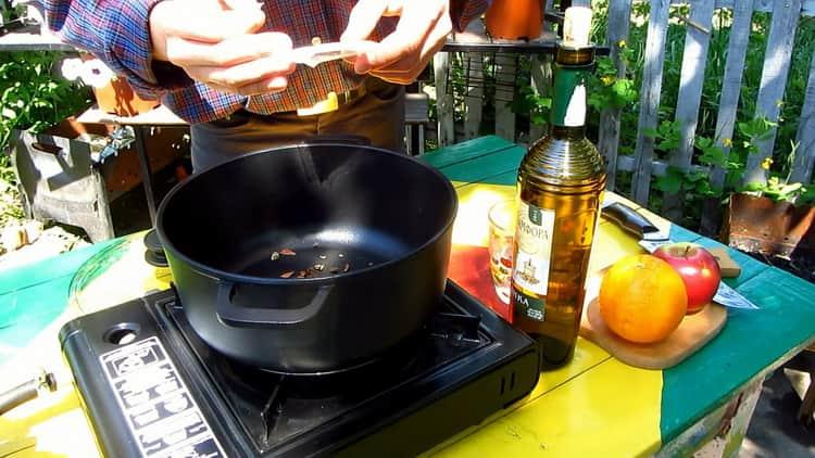По рецепту для приготовления глинтвейна, подготовьте ингредиенты