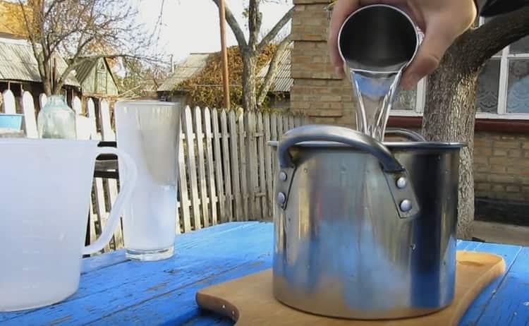 Готовим сироп на основе сахара, воды и молока.