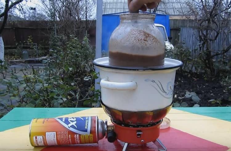 Почти готовый напиток ставим на водяную баню и, помешивая, добиваемся полного растворения крупинок.
