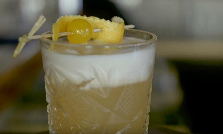 Рецепт коктейля Виски сауэр можно усовершенствовать добавлением Амаретто.