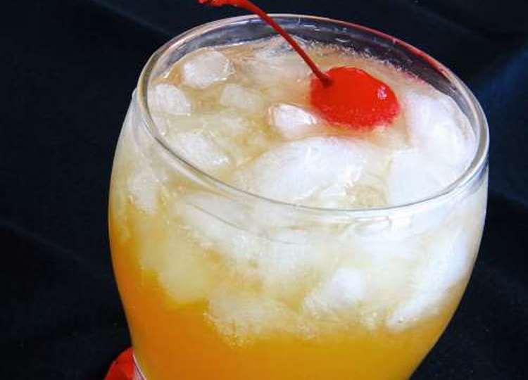 В состав коктейля Виски сауэр обычно входит виски, лимонный фреш, сахарный сироп и яичный белок.