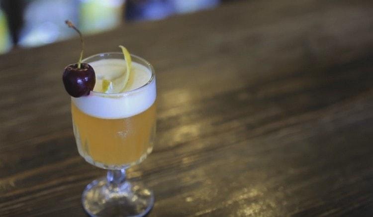 Традиционно этот коктейль украшают вишенкой.