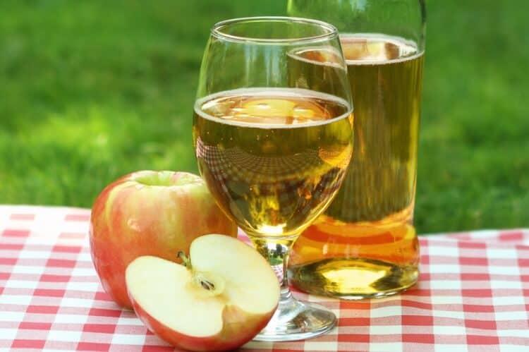Яблочный сидр можно не только купить в магазине, но и приготовить дома.