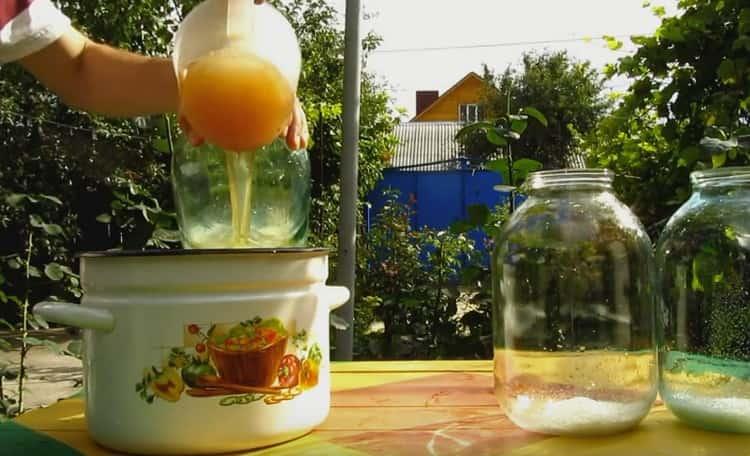 Далее кладем в чистые банки сахар и разливаем в них сок.