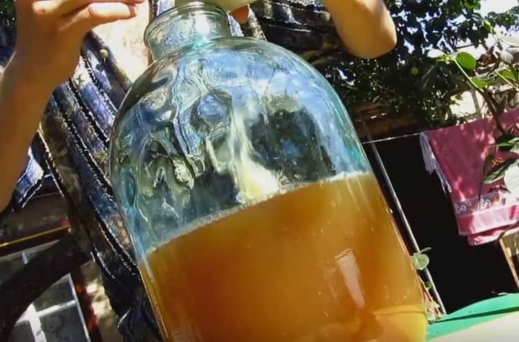 Раствор бентонита заливаем в банки с перебродившим соком.