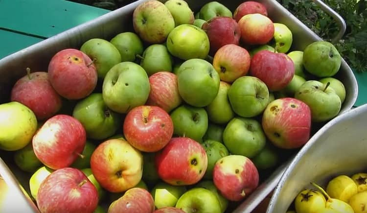 Берем яблоки и груш и, но не моем их.