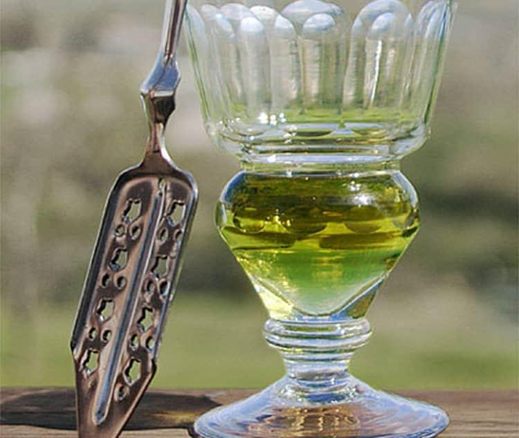 Для поджигания напитка используется вот такая специальная ложка.