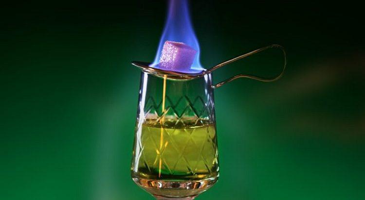 Для поджигания абсента используют специальные бокалы и ложки.
