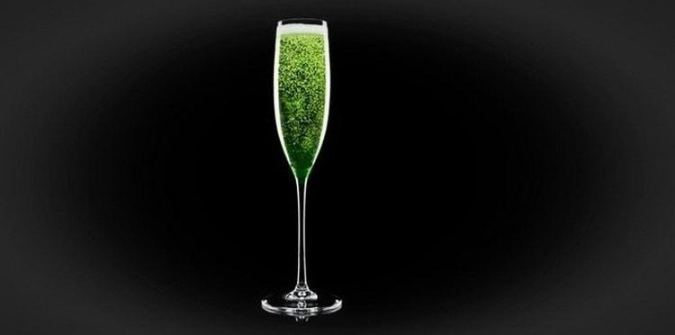 Смешивая абсент с шампанским получаем коктейль абсент бум