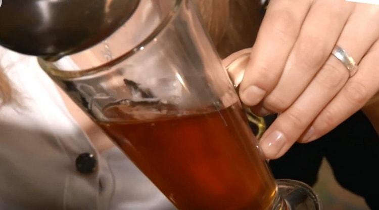 Переливаем приготовленную жидкость в высокий бокал