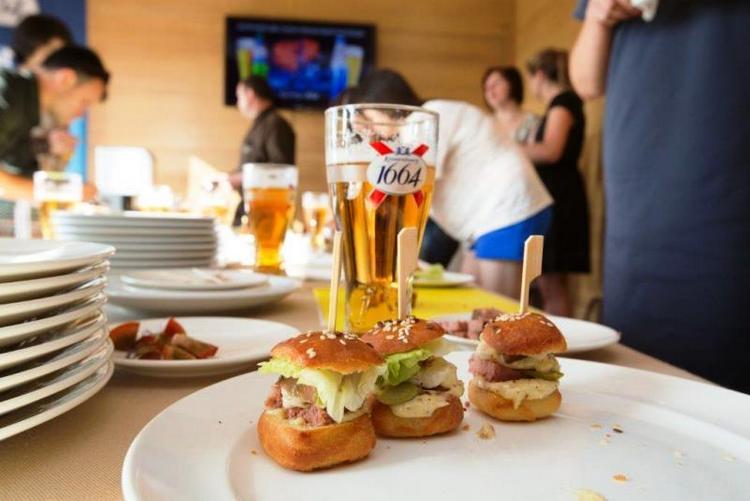 Пиво кроненберг 1664 бланк нефильтрованное прекрасно подходит для посиделок в дружеской компании под различные закуски.