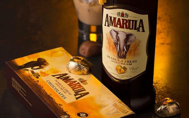 Поскольку по составу ликер Амарула сладкий, то и закусывать его надо шоколадом, фруктами, десертами.