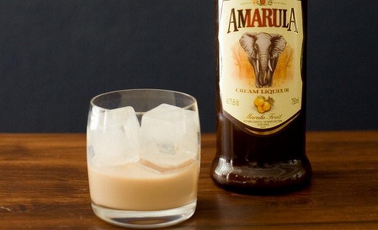 Ликер Amarula обладает приятным сливочным цветом, нежным ароматом и густоватой консистенцией.