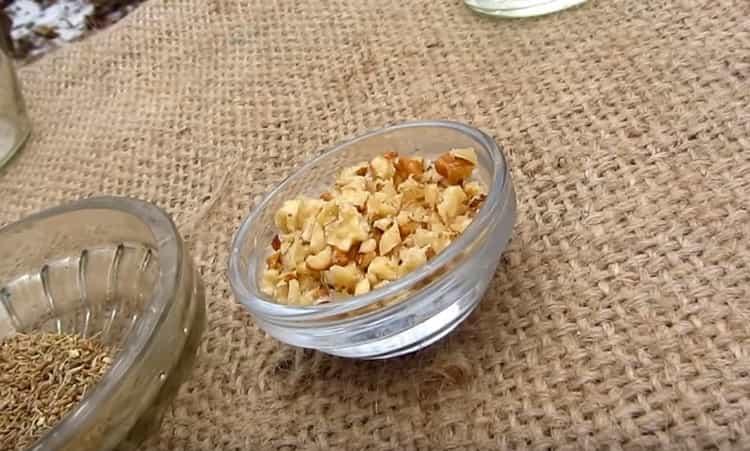 А для этого рецепта понадобится измельчить грецкие орехи.