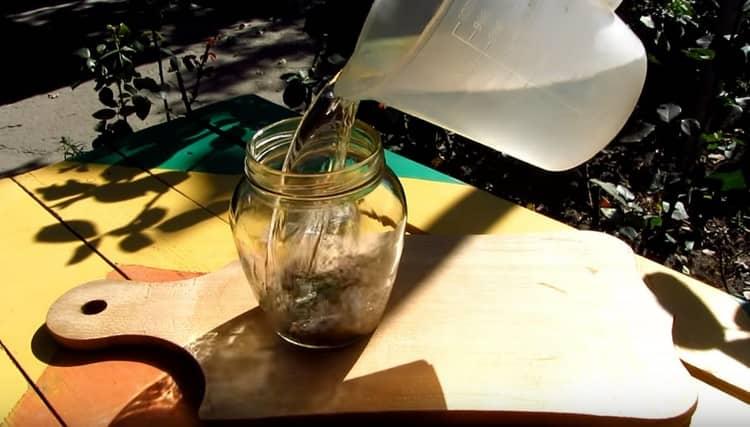 Заливаем специи в банке самогонкой или водкой.