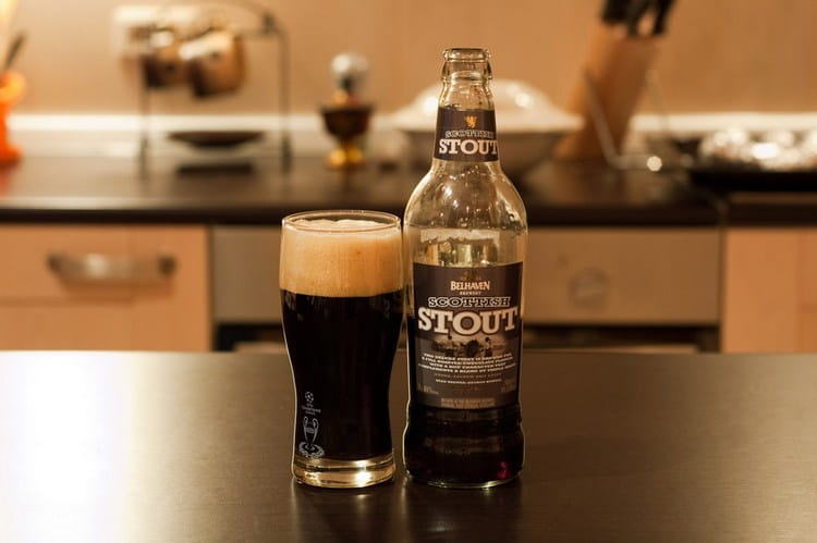 Пить belhaven black scottish stout можно как с бутылки, так и со специальных бокалов.