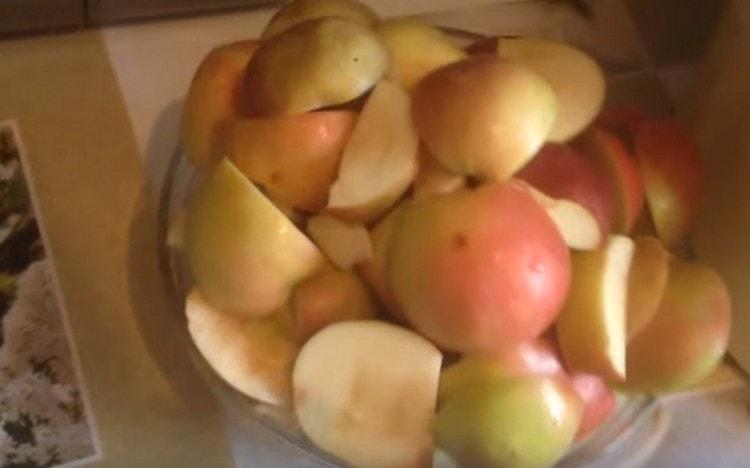 Яблоки чистим и режем на кусочки, избавляемся от семян.