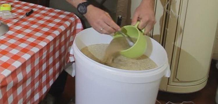 всыпаем в кипящую воду кукурузную муку или сечку