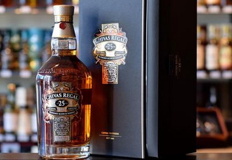 chivas regal 25 лет выдержки это один из самых выдержанных блендов от производителя.