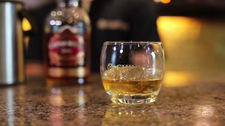 Подавать напиток лучше всего в специальных бокалах со льдом.