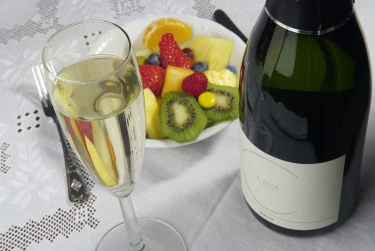 Шампанское cava это игристое вино, которое производится по французской технологии, но с винограда, растущего в Испании.