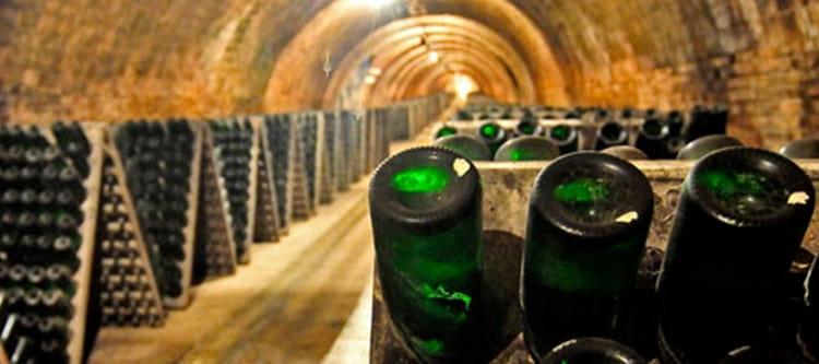 Игристое вино кава замораживается во время производства.