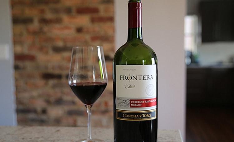 Красное вино Frontera можно подавать в классических бокалах.
