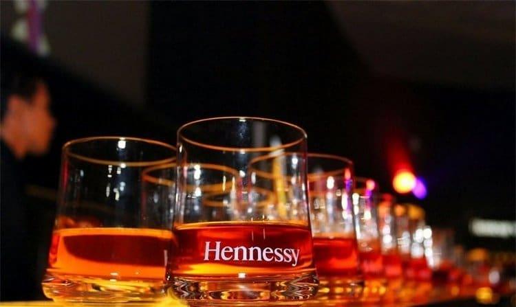 Коньяк Hennessy VS следует подавать при температуре 18-20 градусов.