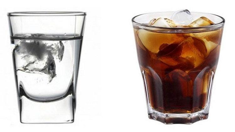 Если белый ром подают в рюмках, то темный по способу подачи больше похож на виски.