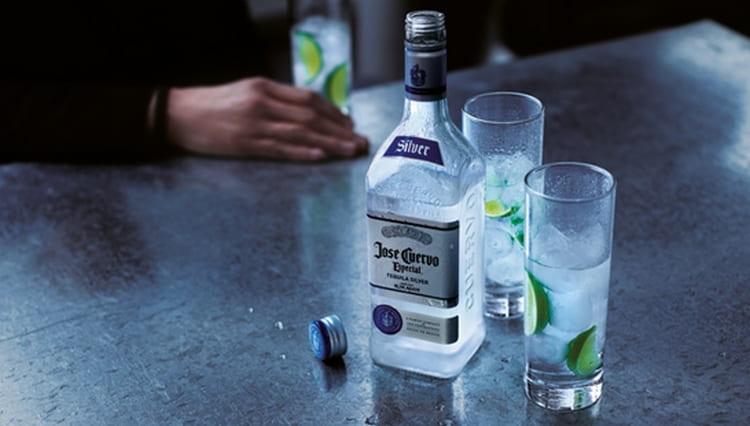 А текила хосе куэрво текила эспесиаль сильвер это полностью прозрачный напиток, который хорошо подойдет также для коктейлей.