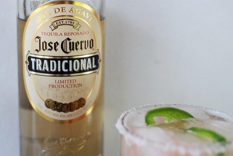 Бледно-соломеный цвет присущ текиле jose cuervo tradicional.