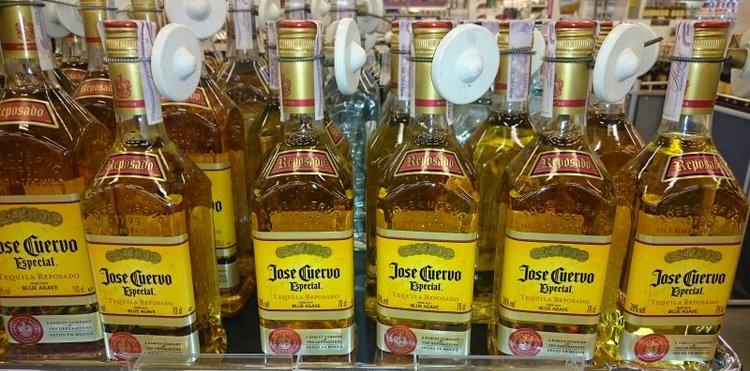 Выбирая в магазине текилу jose cuervo especial reposado, обязательно обращайте внимание на оттиски над и под этикеткой.
