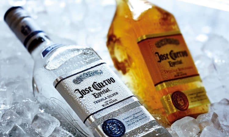 В линейке представлены напитки как полностью прозрачные, так и золотистого цвета.